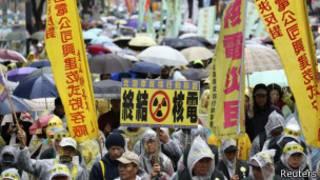 台灣上萬民眾進行反核示威