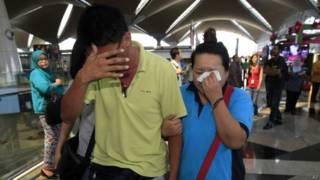 Familiares de passageiros de avião desaparecido (AP)