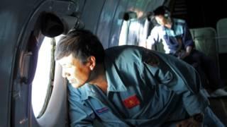 چین، مالزی، ویتنام، فیلیپن و حتی آمریکا، با هواپیما و کشتی، در منطقه گشت میزنند، اما با وجود سی ساعت جستجو، هنوز نشانه ای از این هواپیما، پیدا نشده است