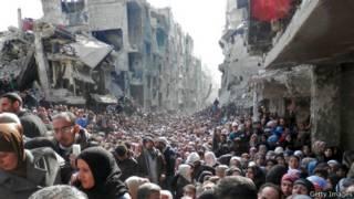 Беженцы из лагеря Ярмук в очереди за едой