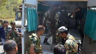 माओवादी हमले घायल एक व्यक्ति को लेकर जाते सुरक्षा बलों के जवान (फ़ाइल फ़ोटो)