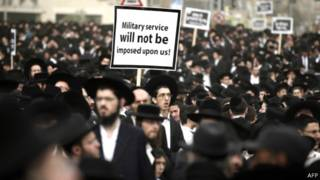 يهود متشددون يتظاهرن ضد إلزامهم بالخدمة العسكرية