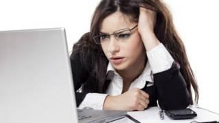 Mujer frente a computadora
