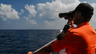 Indonésios buscam no oceano. Foto: AFP