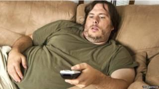 Hombre en sofá
