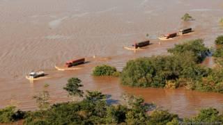 Caminhões com destino ao Acre cruzam a BR-364 inundada pelas águas do rio Madeira (Agência de Notícias do Acre)