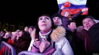 Manifestantes pró-Russia aguargam resultado de referendo em Simferopol (foto: Reuters)