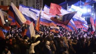 Multidão celebra resultado parcial de referendo em Simferopol (foto: AFP)