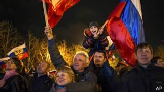 Народ на улицах Крыма