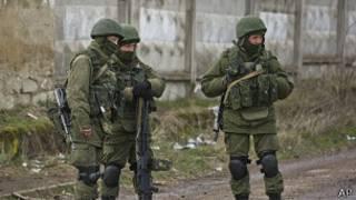 Soldados pró-Rússia montam guarda do lado de fora de uma base militar na cidade ucraniana de Perevalne, em imagem do dia 17 de março de 2014 (AP)