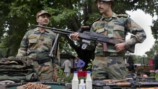 भारत के सैनिक हथियार देखते हुए