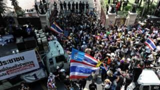 احتجاجات ضد الحكومة خارج المقر الرئيسي للشرطة في بانكوك 6 مارس 2014