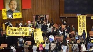 ताईवान की संसद पर प्रदर्शनकारियों का कब्ज़ा