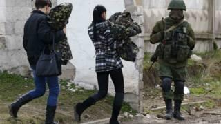 Militares ucranianos deixam base após invasão russa (foto: Reuters)