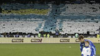 Torcedores do Dynamo Kiev fazem mosaico com bandeira ucraniana / Crédito da foto: Reuters