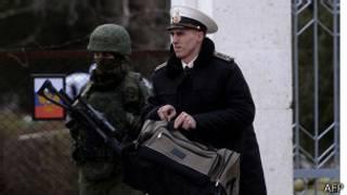 Oficiales de la armada ucraniana han dejado Crimea