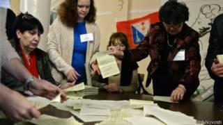 Подсчет голосов на крымском референдуме на одном из участков в Севастополе