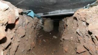 حفر لصوص نفقا بطول 15 مترا لسرقة صراف آلي في بريطانيا