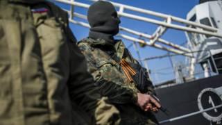 Forças russas invadem navio ucraniano na Crimeia (foto: AP)