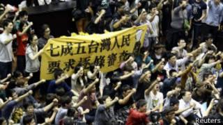 台灣民眾進入立法院抗議兩岸服貿協議