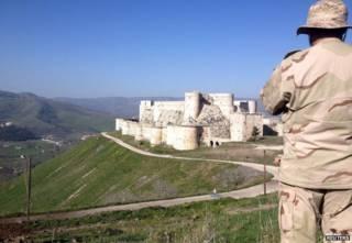 جندي سوري يراقب الحصن