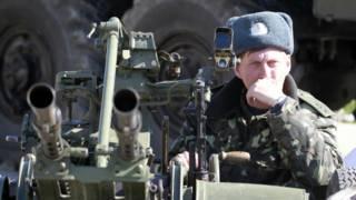 Soldado ucraniano monta guarda em base aérea de Belbeck (Reuters)