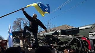 Manifestantes prorrusos reemplazan bandera ucraniana por rusa