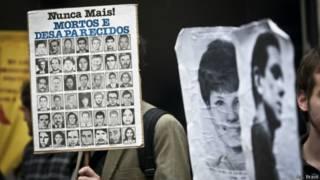 Homem protesta por desaparecidos políticos (Agêncai Brasil)