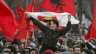 Jovens comemoram independência do Kosovo (AP)