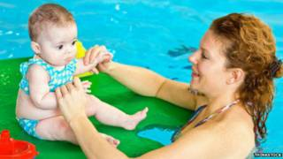 मां-बच्चा पानी में खेलते हुए