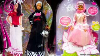 Куклы Барби в витрине магазина в Саудовской Аравии