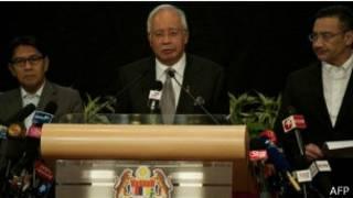 Najib Razak (hagati) yavuze ko iyo ndege yaguye mu nyanja