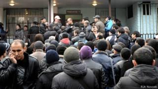 Московские мигранты у здания ФМС
