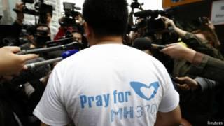 Steven Wang, familiar de um dos passageiros do voo MH370 é cercado pela imprensa em frente ao hotel Lido, em Pequim (Reuters)