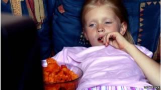 孩子在電視前吃東西