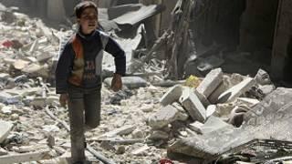 طفل بين حطام منزل في حلب