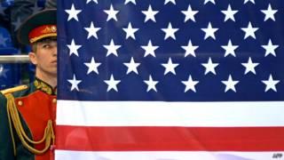 Российский военный и американский флаг