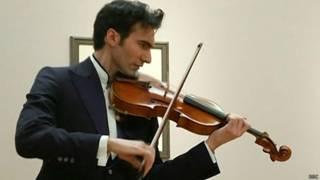 David Aaron Carpenter toca a viola Stradivarius (BBC)