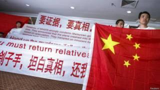 Parentes chineses protestam em Kuala Lumpur neste domingo (Reuters)