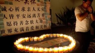 يشعل شمعاً لأقاربه المفقودين