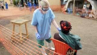 Une patiente recevant des soins contre le virus Ebola, en Guinée