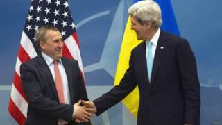 यूक्रेन के विदेश मंत्री एंड्री डेशचित्सिया और अमरीका के विदेश मंत्री जॉन केरी