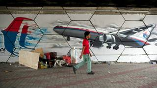 Grafite exibindo o voo MH370 ilustra parede de subúrbio de Kuala Lumpur (AFP)