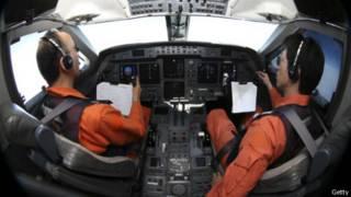 طياران يابانيان في قمرة قيادة طائرة بحث عن الطائرة الماليزية في المحيط الهندي 1 أبريل/نيسان 2014
