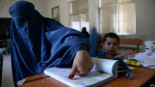 Жительница Афганистана регистрируется перед перед выборами 5 апреля 2014 года