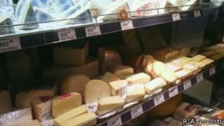 Сыр на прилавках в российском магазине