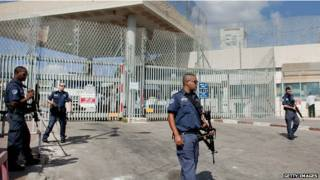 أفراد أمن إسرائيليون يحرسون أحد السجون