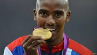 لاعب يعض على ميدالية ذهبية