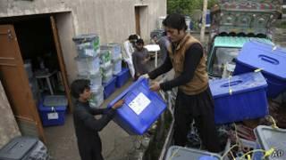 Funcionarios trasladan urnas de votación en Afganistán