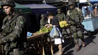 Soldados patrulham mercado em favela da Maré | Reuters